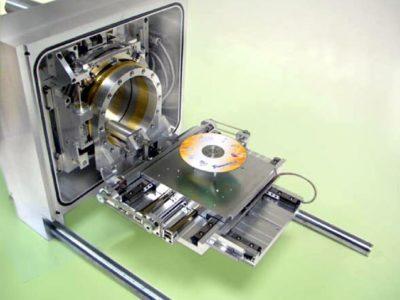 Stolik dedykowany do dużych komór mikroskopowych